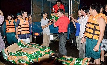 Trung ương Hội Chữ thập đỏ Việt Nam cứu trợ khẩn cấp tiền và hàng trị giá 1 tỷ 120 triệu đồng cho 5 tỉnh: Bình Định, Quảng Nam, Quảng Ngãi, Kon Tum và Gia Lai