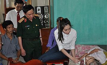 Hoa hậu Đặng Thu Thảo nặng lòng với nạn nhân chất độc da cam