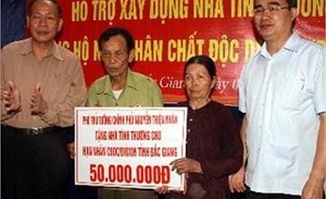 Phó thủ tướng Nguyễn Thiện Nhân thăm hỏi, tặng quà nạn nhân da cam
