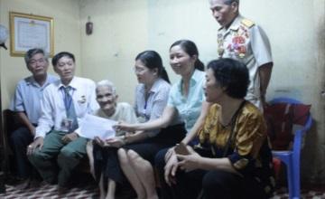 Hội tri ân liệt sĩ Việt Nam tặng quà Mẹ Việt Nam anh hùng Nguyễn Thị Bắc