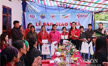 Người nghèo tại Cao Bằng và Lạng Sơn được trao tặng nhà và sinh kế